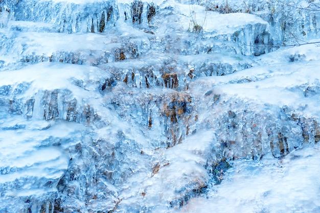 Eisbeschaffenheit auf einem felsen. abstrakter winterhintergrund