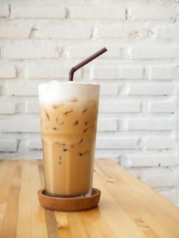 Eiscappuccino. kühles getränk. blick auf das café.
