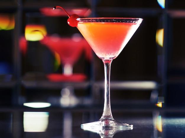 Eiscocktail kosmopolitisch roter alkoholischer cocktail in einem traditionellen glas ort, um ein rezept zu schreiben
