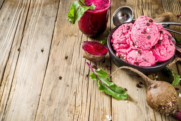 Eiscreme der veganen roten rüben mit schokoladentropfen