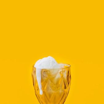 Eiscreme, die in der schale schmilzt