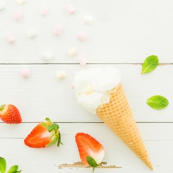 Eiscreme im waffelkegel mit erdbeere