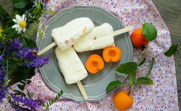 Eiscreme knallt mit zitrone und frischen aprikosen