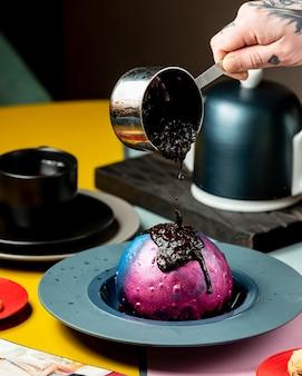 Eiscreme mit marmelade der schwarzen johannisbeere