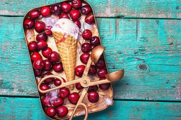 Eiscreme und süßkirsche