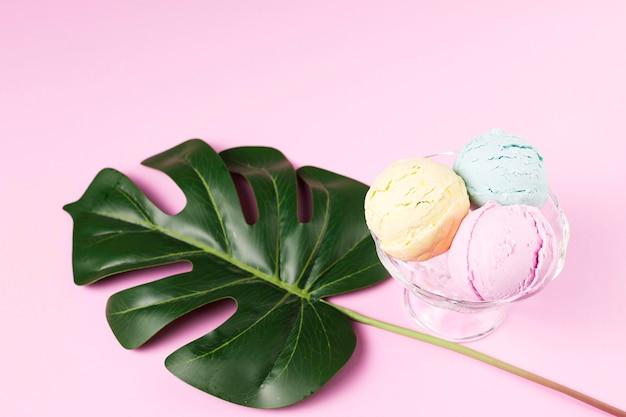 Eiscremebälle auf glasschüssel nahe betriebsblatt