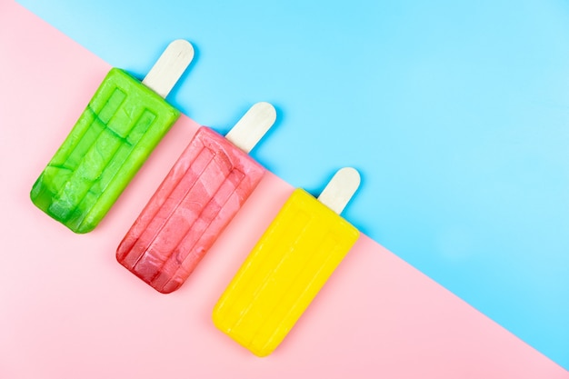 Eiscremestock auf farbigem hintergrund