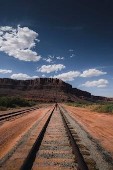 Eisenbahn, die zu einem berg in utah, usa führt