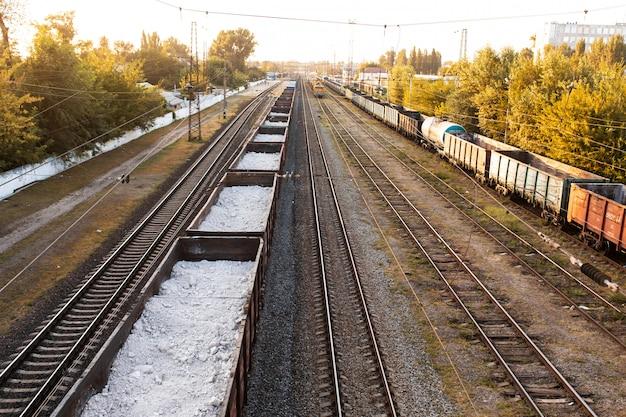 Eisenbahn. güterwagen mit unterschiedlichen ladungen. schwerindustrie-konzept