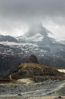 Eisenbahn in den bergen zermatt schweizer alpen abenteuer in der schweiz europa matterhorn mit wolken