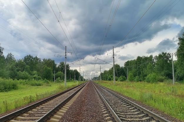 Eisenbahn in einer ländlichen landschaft abend sommer bewölkter himmel