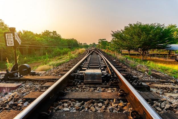 Eisenbahn- und eisenbahnzugtransport mit farbe des himmelsonnenlichts