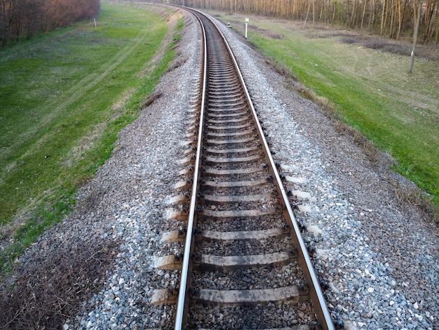 Eisenbahn und grünes gras entlang der straße
