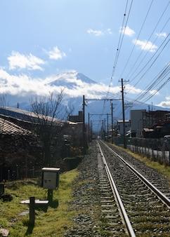 Eisenbahn zum fuji-berg in der fujiyoshida-stadt
