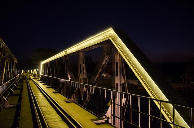Eisenbahnbrücke mit gelber neonlampe bei kanchanaburi, thailand mit slective fokus