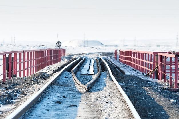 Eisenbahnbrücke und verformung der auf permafrost gebauten bahnstrecke. polare tundra, russland.