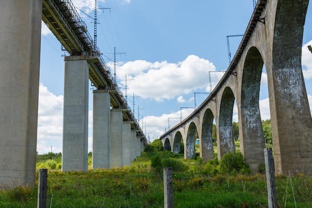 Eisenbahnbrücken. eisenbahnviadukt in krasnoufimsk, gebiet swerdlowsk, russland Premium Fotos