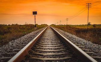 Eisenbahnlinie in einer ländlichen Szene zur Sonnenaufgang-Zeit