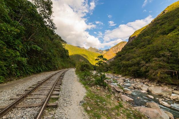 Eisenbahnlinie und machu picchu berge, peru