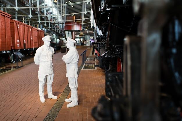Eisenbahnmuseum, ausstellung alter lokomotiven, züge und autos