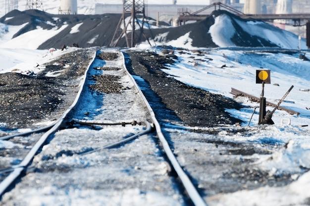 Eisenbahnpunkte, verformung der bahnstrecke, auf permafrost gebaut. polare tundra, russland