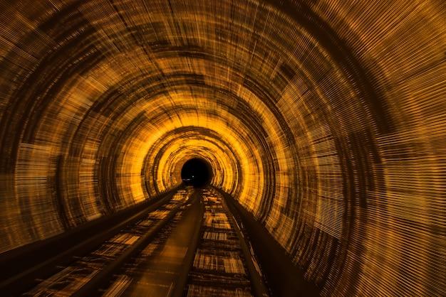 Eisenbahnschiene im tunnel