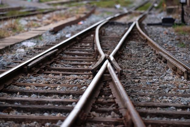Eisenbahnschienen mit einer kreuzung auf der vorderseite