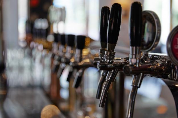Eisenhähne zum abfüllen von bier in einer bar