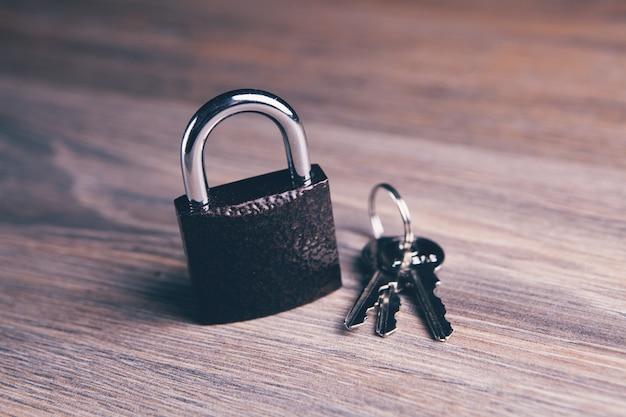 Eisenschloss und schlüssel auf dem tisch