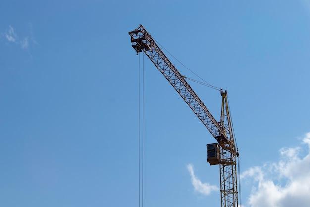 Eisenturm auf einem hintergrund des bewölkten blauen himmels