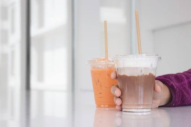Eisgekühlte milchgetränke im white coffee shop, stock-foto