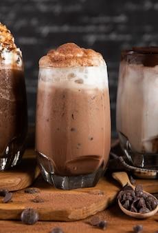 Eisgetränke mit schlagsahne und schokolade