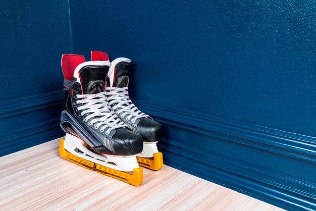 Eishockey skate an der ecke, im wohnzimmer, kopie, raum.