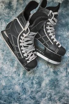 Eishockeyschlittschuhe und pucksymbol von winterweihnachtsturnieren