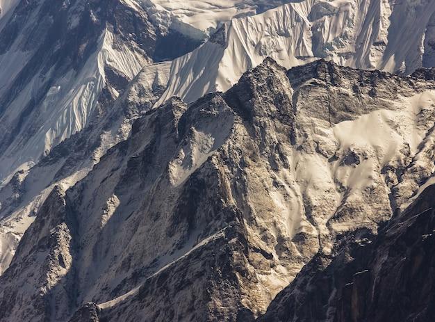 Eisige annapurna-berge, die mit schnee im nepalesischen himalaya bedeckt sind