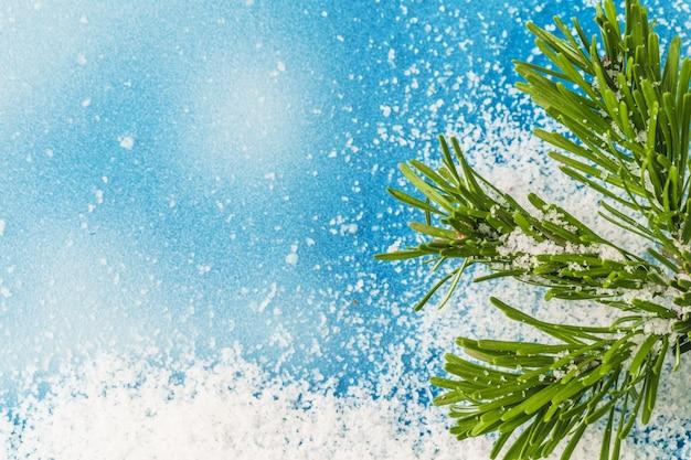 Eisiger blauer hintergrund des winters mit schnee, kopienraum