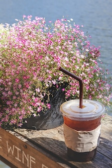 Eiskaffee am sonnigen tag, feiertag nahe der seeblick