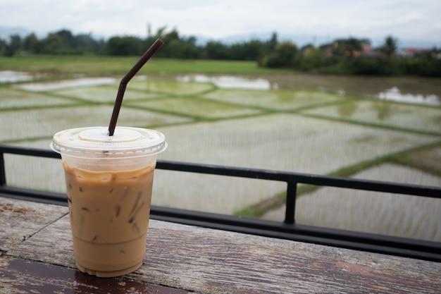 Eiskaffee auf holztisch auf den reisgebieten