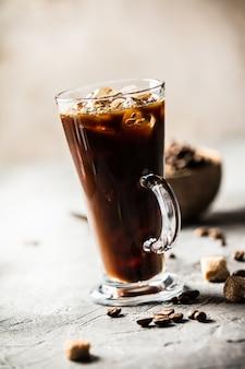 Eiskaffee auf rustikaler tabelle, abschluss oben
