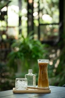 Eiskaffee im decoation glas auf holztisch.
