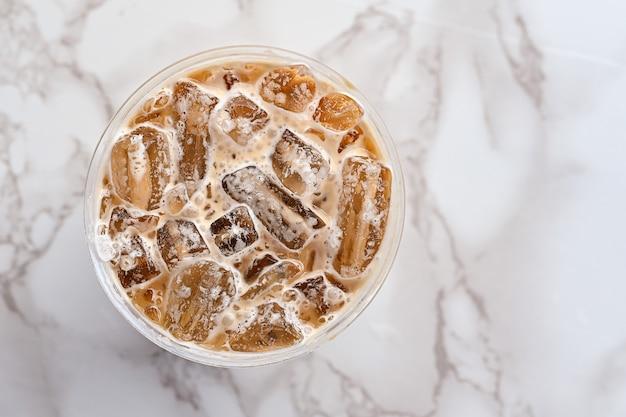 Eiskaffee im plastikdraufsichtabschluß der schale oben