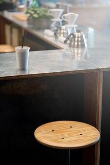 Eiskaffee in der weißen tasse im caféladen.
