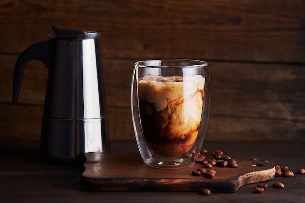 Eiskaffee in einem doppelwandigen glas