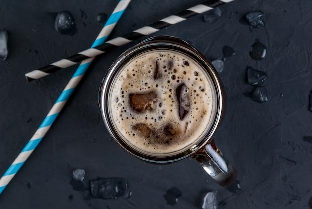 Eiskaffee in einem einmachglas
