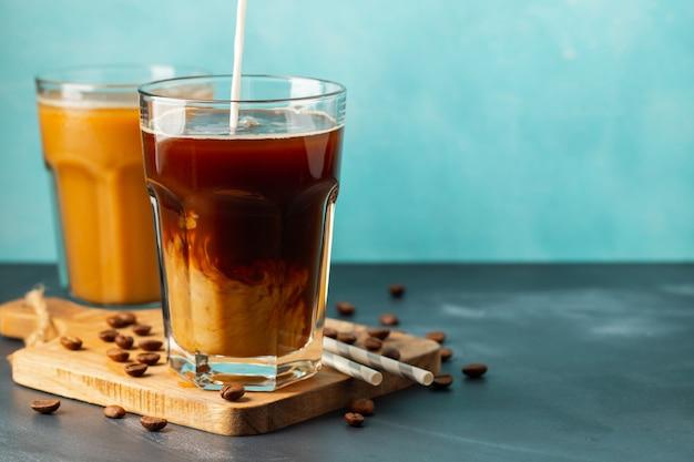 Eiskaffee in einem hohen glas mit milch