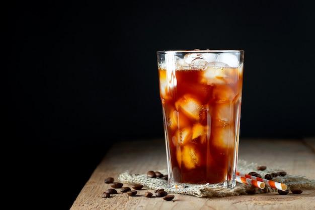 Eiskaffee in einem hohen glas mit sahne übergossen.