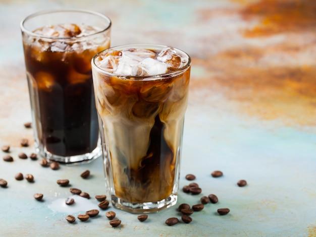 Eiskaffee in einem hohen glas mit sahne.