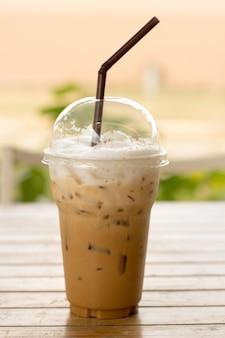 Eiskaffee in plastikbecher