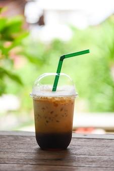 Eiskaffee latte in einem plastikbecher