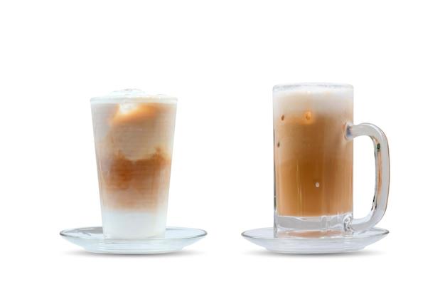 Eiskaffee mit eis in einem glas auf weißem hintergrund.